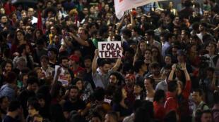 """Người ủng hộ cựu tổng thống Dilma Rousseff giương biểu ngữ phản đối ông Temer (""""Out Temer"""") bên ngoài Thượng Viện, Rio de Janeiro, ngày 31/08/2016."""