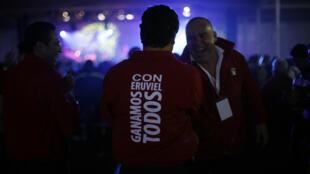 México: partidarios del  candidato del PRI Eruviel Avila festejan su victoria en Toluca, el 3 de julio de 2011.