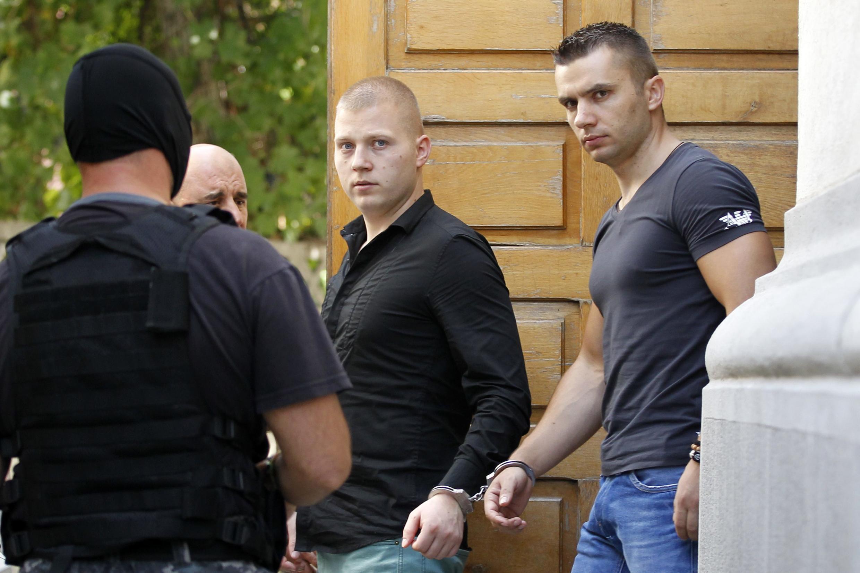 Похитители картин из Кунстхалле в Роттердаме Эжен Дарье (Ц) и Раду Догару (П) после судебного заседания в Бухаресте 13/08/2013 (архив)