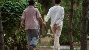 2017年7月3日拍摄的这张照片中,一对中国女同性恋试图向家人隐瞒两人的关系,并决定找一对男同性恋夫妇结婚。