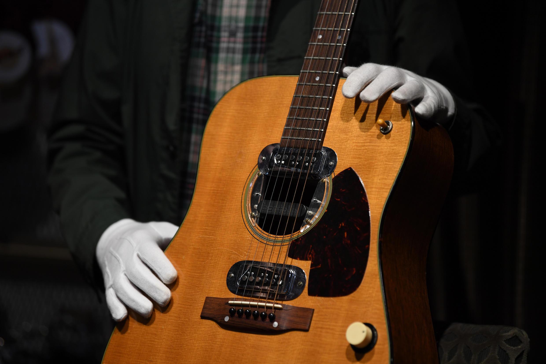 Полуакустическую гитару Курта Кобейна продали на аукционе в Беверли-Хиллз за рекордные 6 млн долларов.