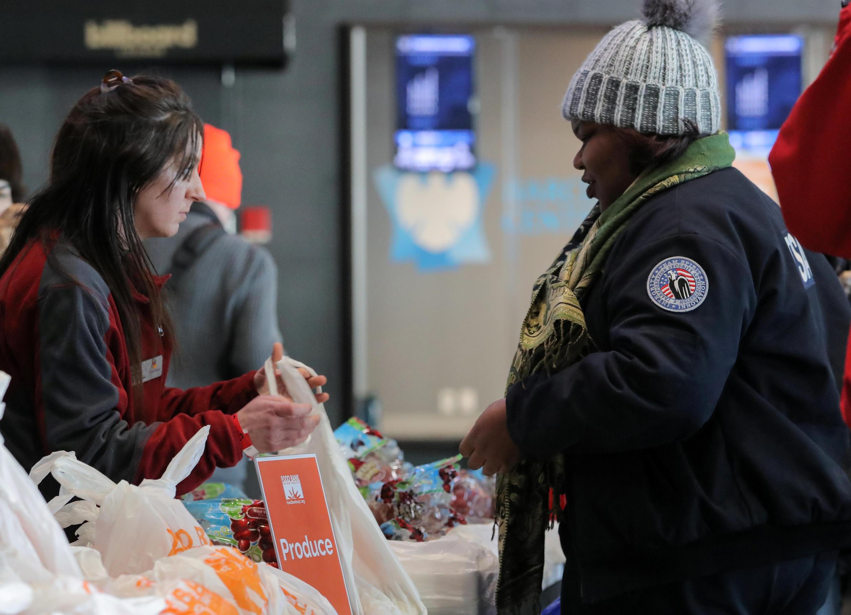 Image d'archive: Une employée de l'administration des transports à une banque alimentaire pour les fonctionnaires impactés par le «shutdown».