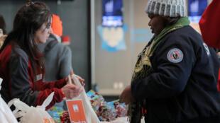 Une employée de l'administration des transports contrainte à une banque alimentaire destinée aux fonctionnaires impactés par le «shutdown». New York, le 22 janvier 2019.