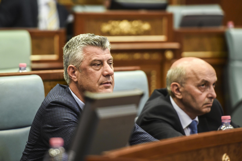 Le ministre des Affaires étrangères Hashim Thaçi (G) pourrait être une des personnalités visées par des poursuites judiciaires dans le cadre de ce tribunal spécial. Photo datée de 2015.