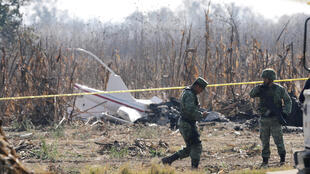 Soldados vigilan la escena donde se estrelló el helicóptero que transportaba a Martha Erika Alonso, gobernadora del estado de Puebla, y su esposo Rafael Moreno, senador y ex gobernador de Puebla, en Santa María Coronango.