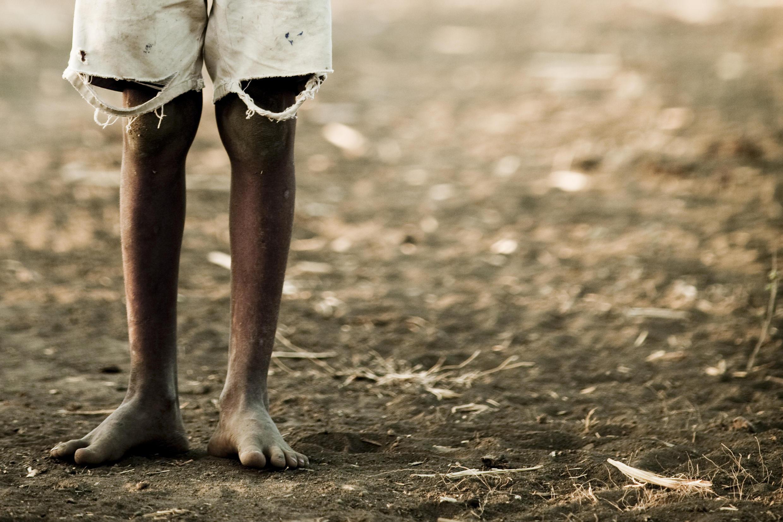 Enfant vivant dans un bidonville kényan.