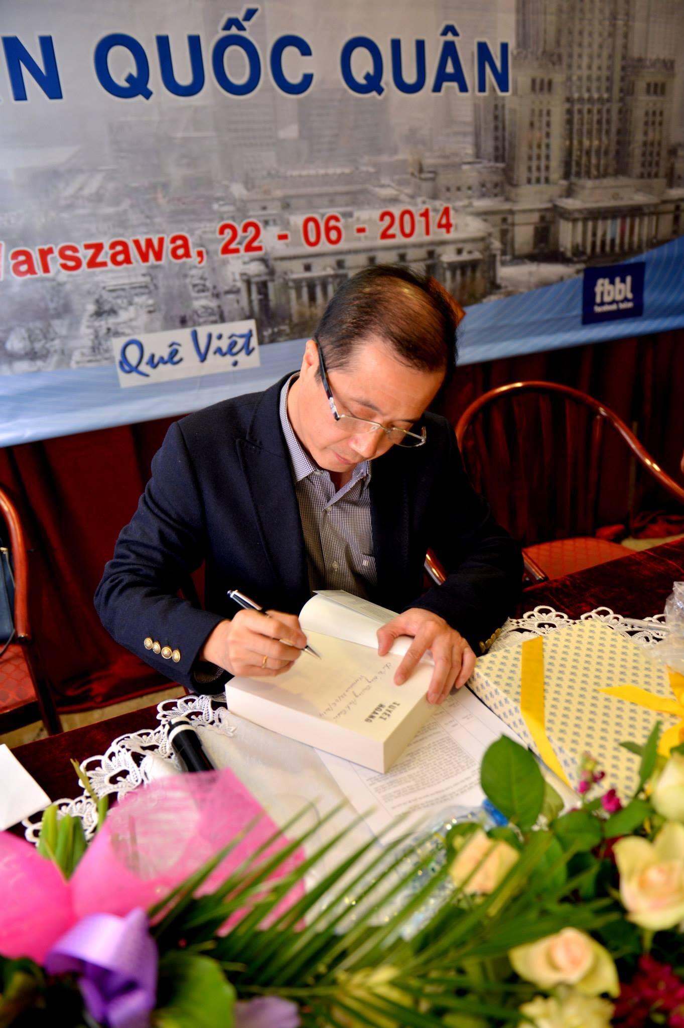 """Tác giả Trần Quốc Quân ký tặng sách """" Tuyết Hoang"""" cho độc giả tại Ba Lan tháng 06/2014."""