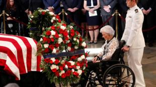 Roberta McCain, mãe do senador republicano, John McCain, nas cerimónias fúnebres de 1 de setembro, na catedral de Washington, Estados Unidos