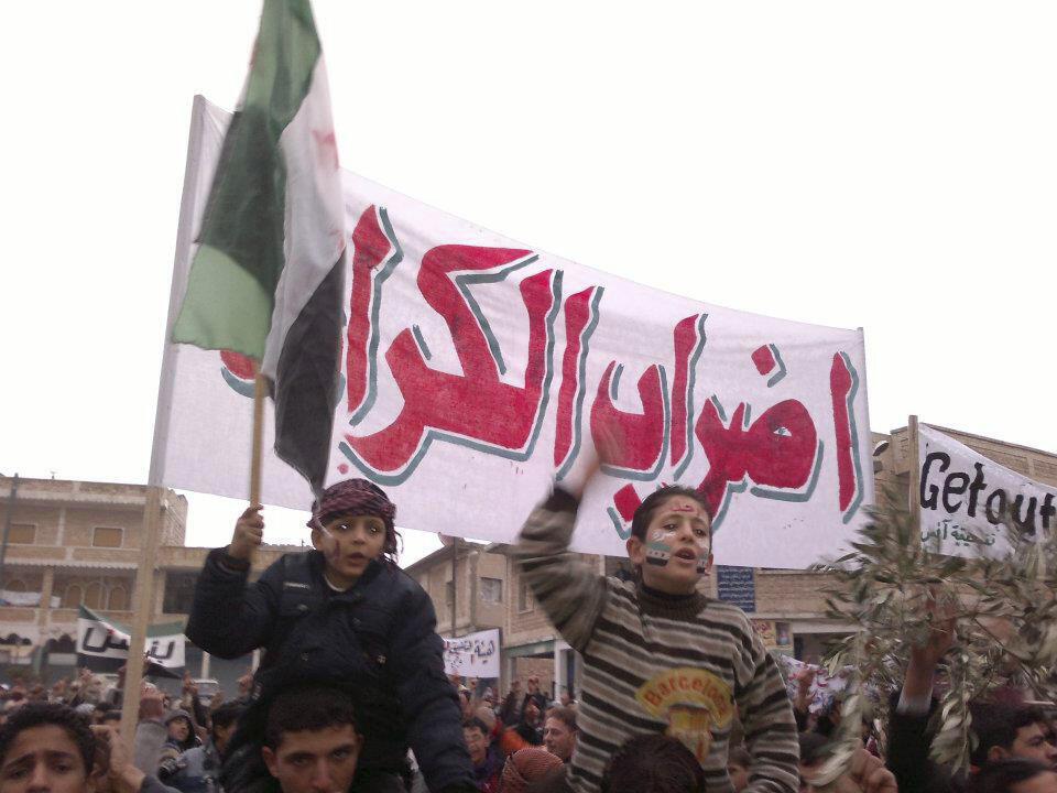 Yara kanana dauke da Tutar adawa da gwamnatin Bashar al-Assad,  na kasar Syria