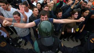 Manifestants pro-indépendance et Guardia Civil se font face à Sant Julia de Ramis, le 1er octobre 2017.