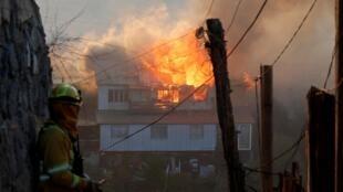 As chamas consumiram cerca de 150 habitações esta terça e quarta-feira em Valparaíso no Chile.