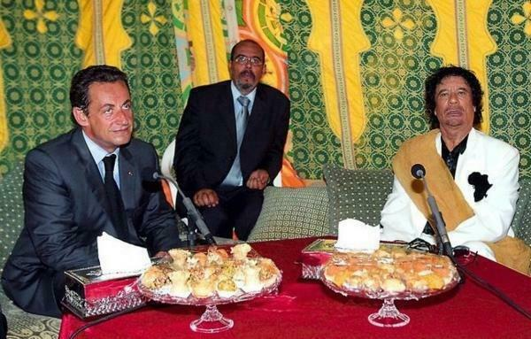 Николя Саркози и Муаммар Каддафи в Париже, 10 декабря 2007 (архив).