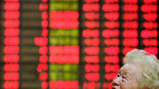 La Bourse de Shanghai a rebondi de façon spectaculaire, grimpant de 5,76%, le 9 juillet 2015, après une dégringolade interminable.