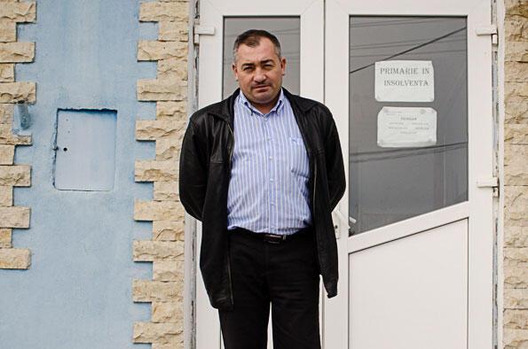 Le maire Ion Nicolae, devant la mairie de Nalbant, en insolvabilité depuis le 31 janvier 2014.