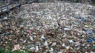 Une quantité astronomique de détritus flottent dans le fleuve Citarum, ici dans la ville de Bandung, à l'ouest de Java.