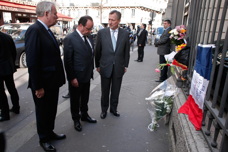 فرانسوا هولاند در مقابل سفارت بلژیک در پاریس