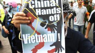 """Biểu ngữ của người biểu tình tại Hà Nội : """"Trung Quốc đừng đụng vào Việt Nam""""."""