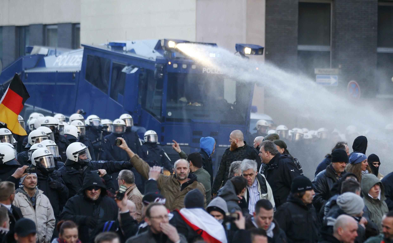 Полиция использует водометы для разгона акции Pegida в Кельне, 9 января 2015 г.