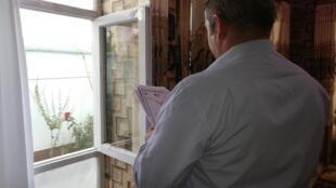 Said Abbas tient dans ses mains son certificat d'interprète et une lettre de recommandation du ministère de la Défense français.