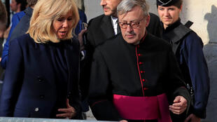 Brigitte Macron se rend à la messe à l'église Saint-Sulpice, le 17 avril 2019, deux jours après le feu qui a dévasté une grande partie de la cathédrale Notre-Dame de Paris.
