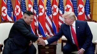 Donald Trump et Kim Jong-un lors de leur rencontre dans la zone démilitarisée entre les deux Corées le le 30 juin 2019.