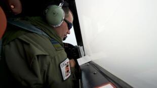 Co-piloto observa área de buscas pelo avião da Malaysia Airlines.