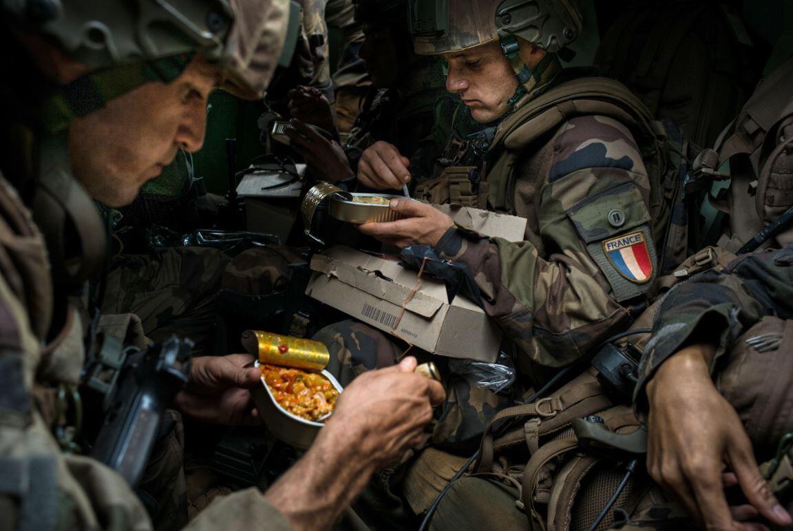 Французские легионеры за едой