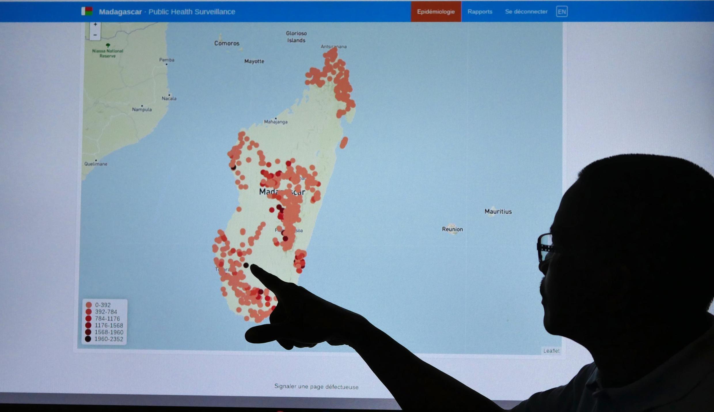 Le professeur Miliajoana présente la carte qui recense le nombre de cas de paludisme officiellement recensés fin mai 2020 à Madagascar. Des spécialistes confient que la situation réelle pourrait être deux fois pire que celle présentée sur la carte.