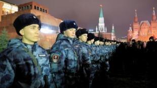 Des officiers montent la garde lors des célébrations du Nouvel An sur la Place Rouge sans neige à Moscou, le 31 décembre 2019.