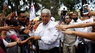 El candidato izquierdista Andrés Manuel López Obrador del Movimiento Nacional de Regeneración (MORENA) saluda a los partidarios cuando llega a su mitin de campaña en la Ciudad de México, México, el 3 de junio de 2018.