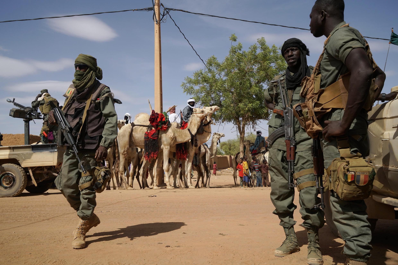 Des militaires maliens patrouillent à Ménaka pendant la visite du Premier ministre, le 9 mai 2018.