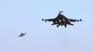 美军F-16战机飞越驻韩平泽军事基地,2017年12月4号