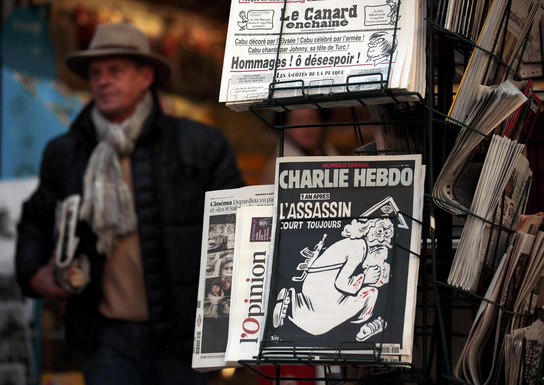 """Banca de jornais de Paris com a última edição do """"Charlie Hebdo"""" a 6 de Janeiro de  2016"""