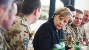 德國總理默克爾3月12日突訪阿富汗時,與北約部隊的德國軍人交談。
