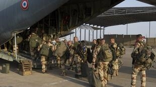 Soldats français du 21e Rima embarquant pour le Mali depuis camp Kosseï à NDjamena, au Tchad, le 11 janvier 2013.