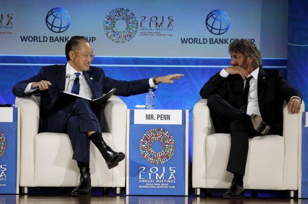 El presidnete del Banco Mundial, Jim Yong Kim (Izq.) y el actor y activista Sean Penn, durante la reunión del FMI y el Banco Mundial en Lima, el 8 de octubre de 2015.