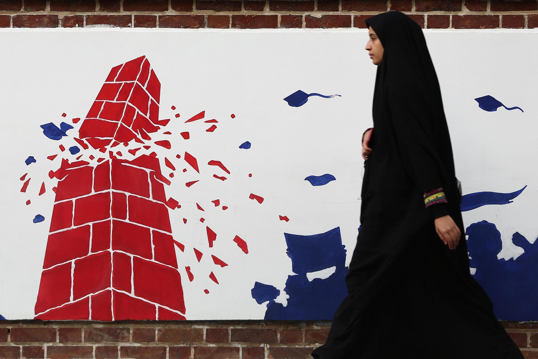 图为1月7日,伊朗妇女从反美壁画前走过。目前,伊朗伊拉克反美情绪空前高涨。