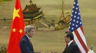 Ngoại trưởng Hoa Kỳ John Kerry (T) gặp Ngoại trưởng Trung Quốc Vương Nghị (Wang Yi), Bắc Kinh, 16/05/2015