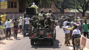 Des militaires patrouillant à Conakry, le 25 octobre 2020. L'armée a été réquisitionnée pour assurer le maintien de l'ordre.