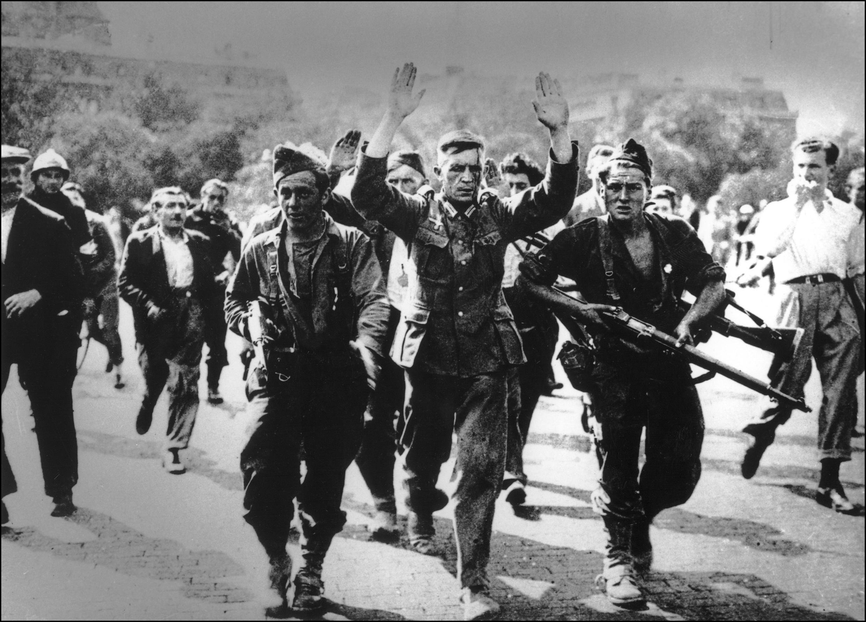 Soldados alemanes se rinden, el 24 de agosto de 1944.
