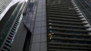 """روز سهشنبه ٢٩ ژانویه/٩ بهمن، آلن روبر۵۶ ساله از برج ۴٧ طبقۀ """"GT Tower"""" بدون هیچ وسیلۀ ایمنی بالا رفت. این ساختمان در مرکز شهر مانیل قرار دارد."""