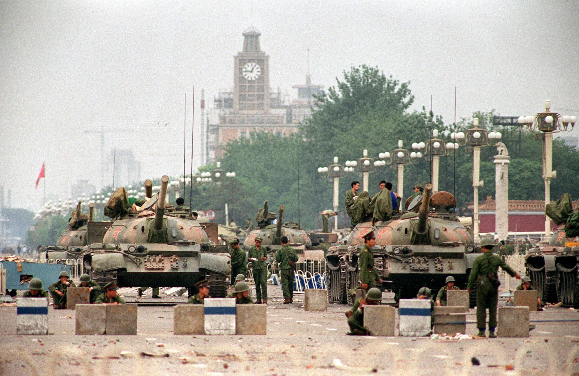 Tanques y soldados en la avenida Chang'an que lleva a la plaza de Tiananmen, el 6 de junio de 1989.