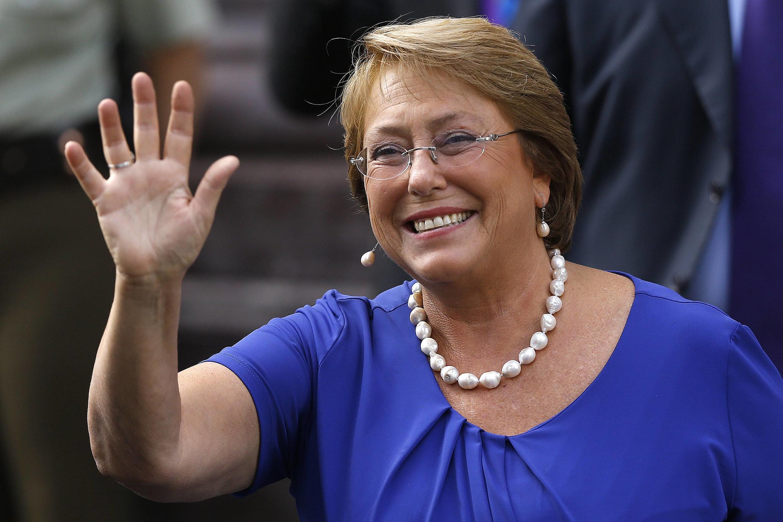 Bachelet acena antes de se reunir com autoridades em Santiago, nesta segunda-feira (10).