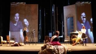 """Ensaio da peça """"Regra do Jogo"""" na Comédie-Française, em montagem feita pela brasileira Christiane Jatahy"""