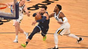 Dillon Brooks, de los Memphis Grizzlies, junto a Donovan Mitchell de los Utah Jazz el 31 de mayo de 2021 en Memphis, Estados Unidos