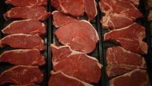 Steaks de boeuf américains en vente dans une boucherie.