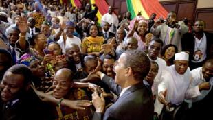 Bain de foule du président Barack Obama après son discours au Parlement ghanéen, en juillet 2009.
