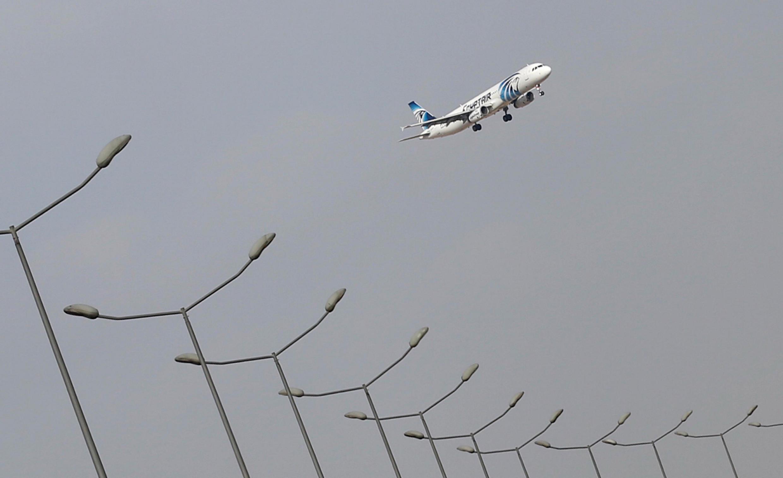Avião da EgyptAir fez duas manobras bruscas antes de desaparecer dos radares na última quinta-feira (19).