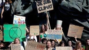 دانشآموزان روز جمعه در یک اقدام نمادین دست به یک «اعتصاب جهانی برای آبوهوا» زدند و از حضور در کلاسهای درس خودداری کردند.