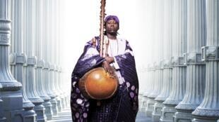 Noumoucounda est issu d'une longue lignée de griots de Tambacounda, dans le sud-est du Sénégal.